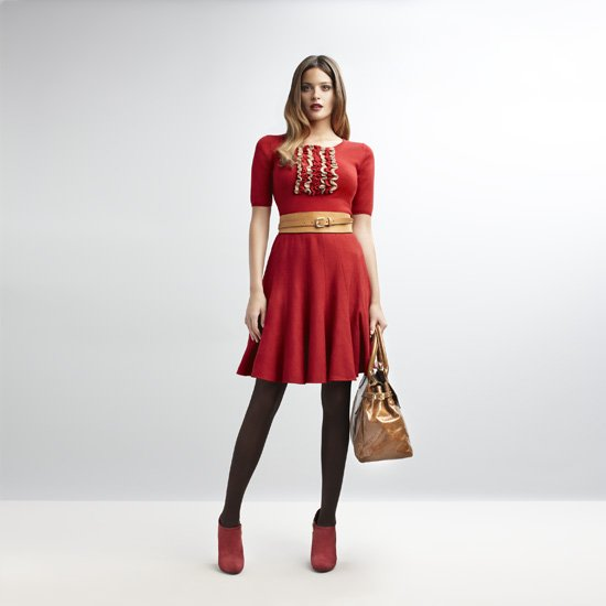 Combinar vestido rojo y medias negras